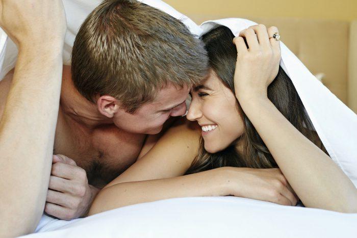 ¿Qué significa la postura en la que duermes con tu pareja?